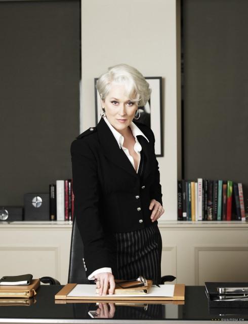 Nữ diễn viên Meryl Streep mặc một chiếc áo vest màu đen làm nổi viền cổ áo chemise màu trắng bên trong, đi kèm phụ kiện hoa tai bản to, mang đến một sự kết hợp giữa cổ điển và và hiện đại.