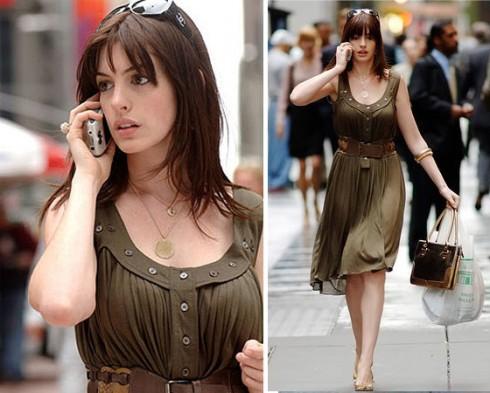 Đầm Calvin Klein dài ngang gối màu olive, có hàng khuy áo đi kèm thắt lưng da bảng to làm điểm nhấn. Giầy cao gót màu vàng của Giuseppe Zanotti. Phụ kiện đi kèm túi xách Kate Spade và mắt kính Chanel.