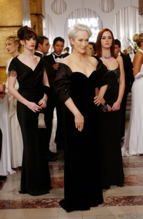 Cô nàng trợ lý Andy không hề kém cạnh nữ chủ biên quyền lực Miranda Priestly trong đầm dạ hội màu đen sang trọng của thương hiệu cao cấp Gilliano. Và giầy cao gót của Alexander McQueen.
