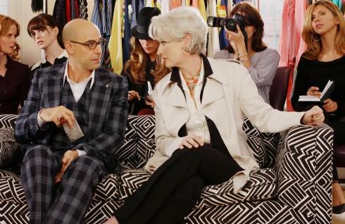 """Trang sức cũng là một phần không thể thiếu để làm điểm nhấn, giúp bộ trang phục trở nên hoàn hảo. Và chiếc vòng cổ kiểu Ai Cập của Fred Leighton đã tăng thêm sự quý phái cho """"yêu nữ"""". Áo khoác trắng của Donna Karan, phủ bên ngoài chiếc jacket của Bill Blass, áo blouse chất liệu lụa chiffon của Valentino bên trong thật nữ tính."""