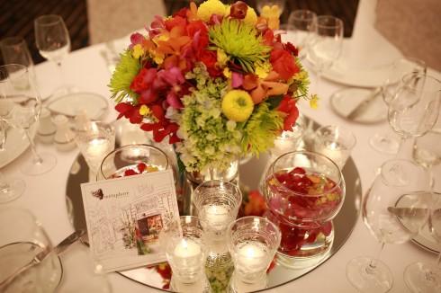 Hoa và nến tạo nên sự kết hợp hoàn hảo cho bữa tiệc