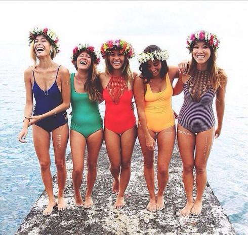 Màu sắc trang phục tươi sáng có thể lan truyền được cảm hứng đến người khác.