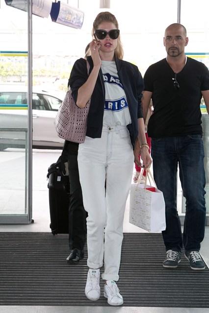 mặc quần jeans nữ trắng đẹp như Doutzen Kroes