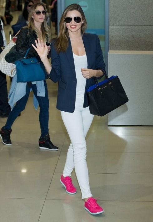 mặc quần jeans nữ trắng đẹp như Miranda Kerr