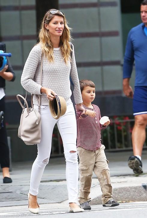 mặc quần jeans nữ trắng đẹp như Gisele Bundchen