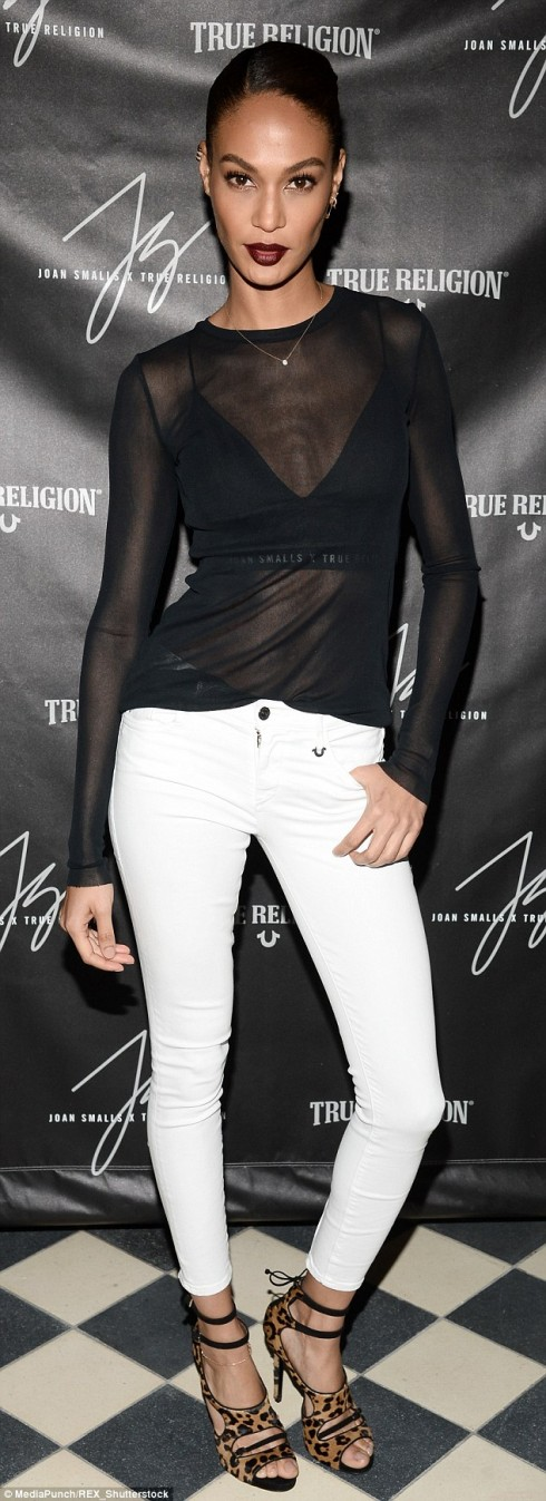mặc quần jeans nữ trắng đẹp như Joan Small