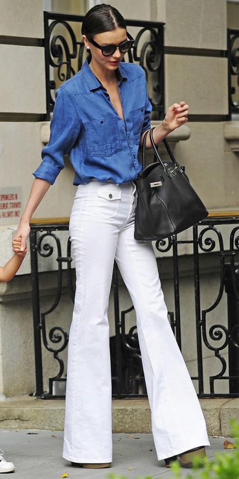 mặc quần jeans nữ trắng ống loe đẹp như Miranda Kerr