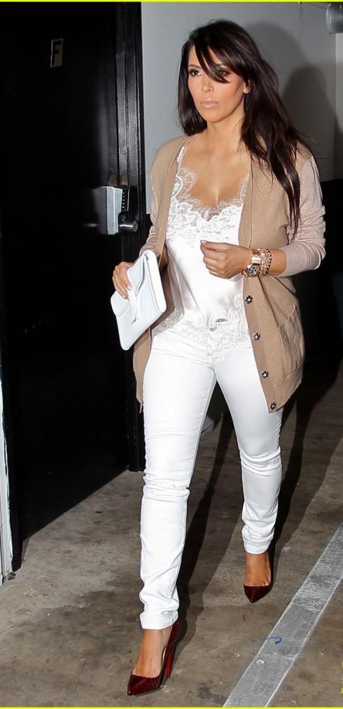 mặc quần jeans nữ trắng đẹp như Kim Kadarshian