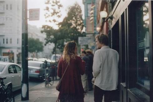 Bắt chuyện với người lạ tạo thói quen chủ động cởi mở tấm lòng.