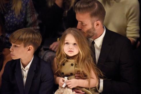 Con trai Romeo Beckham và cô con gái út Harper beckham của gia đình bà Beck