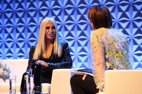 Từ năm 2005 trở đi, Donatella đã ép mình giảm cân, chính vì vậy mà gương mặt bà trở nên góc cạnh, lạnh lùng hơn