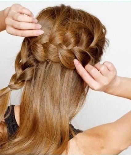 cột phần đuôi tóc phía bên kia đầu