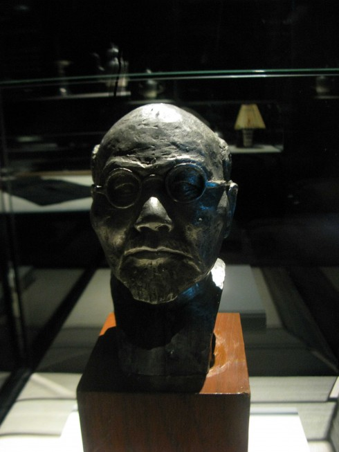 Tượng của người sáng lập xưởng thiếc – Thợ thủ công Yong Koon