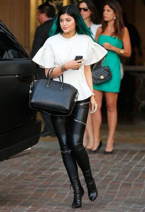 """Kylie Jenner """"trăng-đen"""" xuống phố với quần skinny của Zara."""