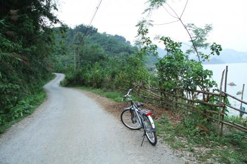 Trong lúc đợi mọi người về, tôi mượn một chiếc xe đạp của gia đình rồi đi quanh xóm.