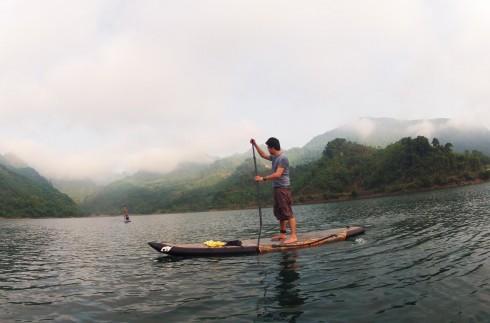 Sup là một môn thể thao di chuyển trên nước bằng một ván lướt có mái chèo
