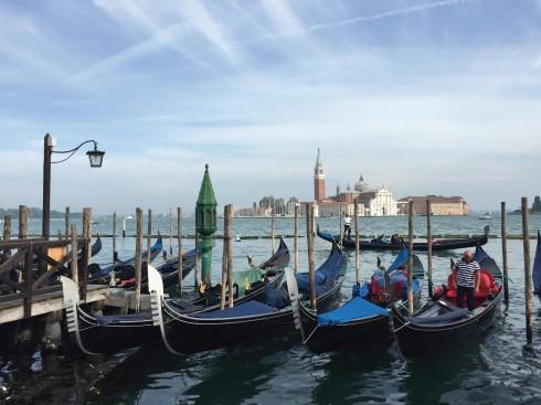 Những con thuyền dập dềnh trên sóng nước hòa cùng màu xanh của đất trời