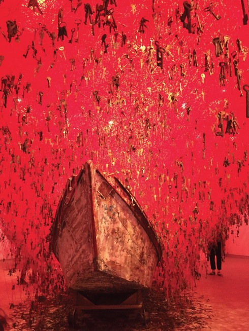 The Key in the Hand của Chiharu Shiota