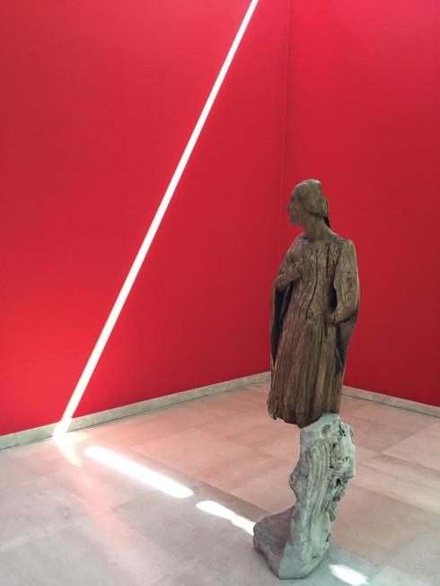 Dùng ánh sáng tự nhiên tạo thành một bức tranh chung cho bức tượng gỗ