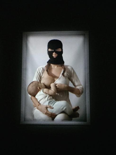 Bộ phim ngắn về nhân quyền mô tả 3 người phụ nữ bịt mặt đang cho con bú