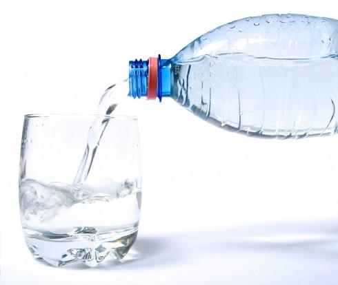 Nước uống là một phần tất yếu cho cơ thể cũng như da mặt.