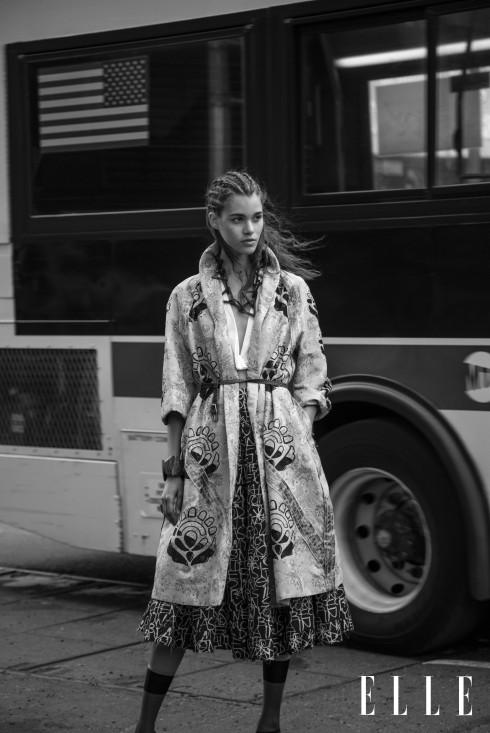 Áo khoác dài, Áo sơmi trắng không tay, Chân váy DONNA KARAN, Thắt lưng bện da GUCCI, Tất PRADA, Vòng tay H&M
