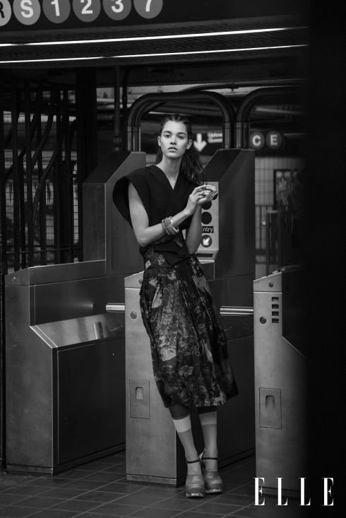 Đầm lụa dài, áo top DONNA KARAN, Tất, sandals PRADA, Vòng tay H&M