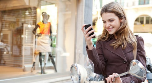 Thay vì tốn xăng và nắng nôi hại da đến tận cửa hàng, bạn có thể lướt web hoặc chạm smart phone tìm kiếm các trang thương mại điện tử hoặc các app mua sắm thông minh.
