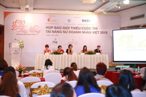 Đại diện Ban tổ chức trả lời phỏng vấn phóng viên báo chí