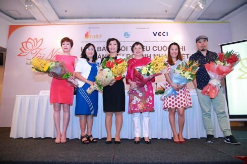 Các nữ doanh nhân Việt Nam chụp hình lưu niệm