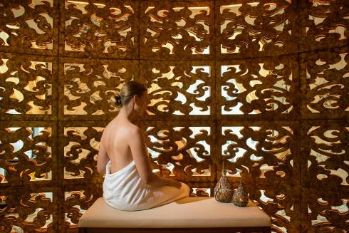 Các phòng trị liệu có không gian rộng thoáng với tường được phủ da màu kem pha chút cà phê sữa tạo cảm giác dễ chịu. Mỗi phòng đều được trang bị giường Earthlite, loại giường spa cao cấp thế giới và với ra trải giường bằng loại vải đẳng cấp thế giới, khăn tắm hiệu Frette danh tiếng.