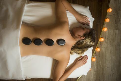 The Spa phục vụ đa dạng dịch vụ trị liệu truyền thống Đông Nam Á và các gói massage với tinh dầu phương Tây trong không gian bình yên lịch lãm. Chính vì vậy khách hàng tới đây còn được tận hưởng những gói dịch vụ pha trộn phong cách Á - Âu đặc sắc.