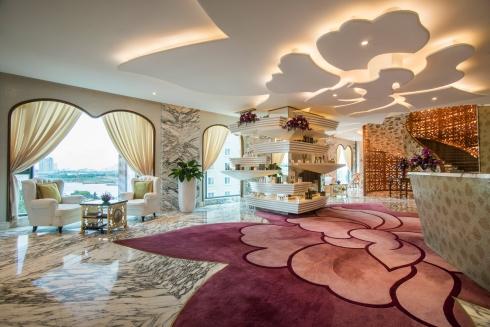 Nội thất của The Spa gây ấn tượng bởi sự kết hợp độc đáo giữa tiện nghi xa xỉ và cảm hứng thiên nhiên. Ngay từ quầy lễ tân tại tầng 6 đã toát lên vẻ huy hoàng quý phái với đá cẩm thạch trắng, tường lát gạch mosaic vàng, thảm hoa hồng và bộ sofa bọc da không thể quyến rũ hơn.