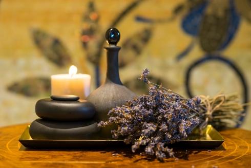 Với những gói trị liệu bản sắc châu Á, khách có thể chọn nhiều loại tinh dầu nguyên chất của Thái được tinh chế với chất lượng cao nhất. Đối với các gói massage kiểu phương Tây, loại tinh dầu được sử dụng là các sản phẩm của thương hiệu Dr. Taffi của Ý.