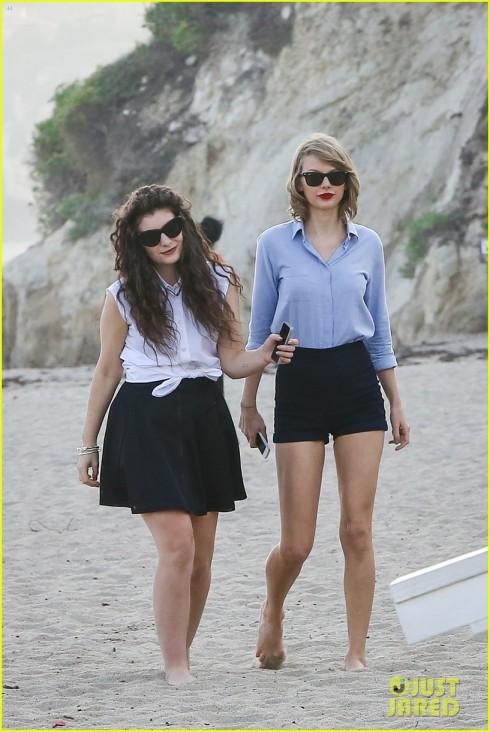 Hoặc thử phối hợp style cùng bạn thân như đôi bạn Lana - Taylor này.