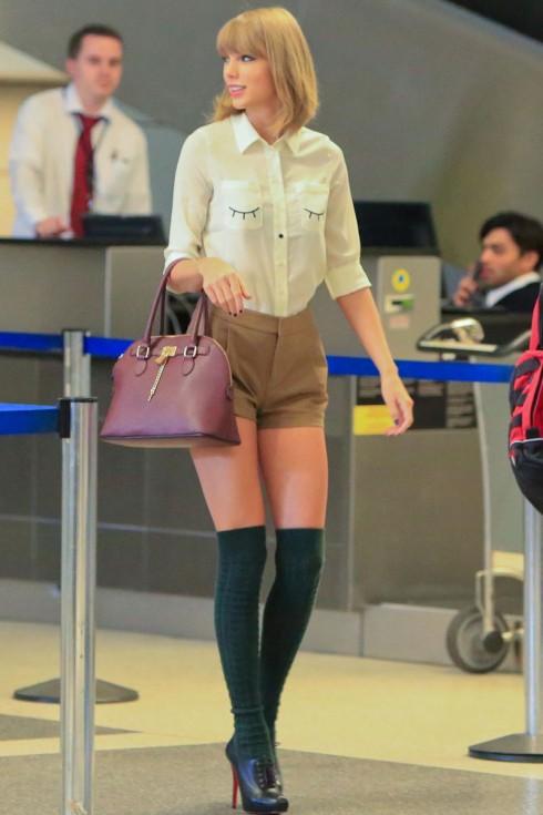 Áo sơmi có họa tiết đơn giản kết hợp shorts cạp cao cùng đôi tất ngang gối, đôi boot Oxford cổ thấp được cô công chúa phối hợp hài hòa.