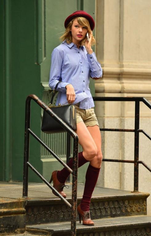 Áo sơmi với quần shorts cách điệu cùng tất cao và một đôi giày Oxford là style cổ điển đơn giản.