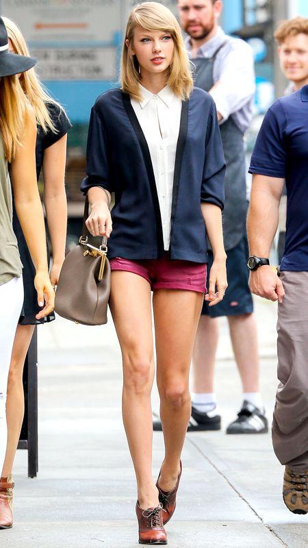 Sơmi kèm với khoác blazer nhẹ, kèm với shorts và đôi boot Oxford thấp cổ đã tạo cho cô nàng phong cách giữa phố đông.