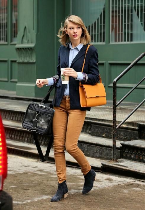 Style cổ điển nhất là sơmi + quần kaki + chiếc blazer + boot thấp cổ cùng chiếc túi đơn giản là công thức tối giản của phong cách công sở.