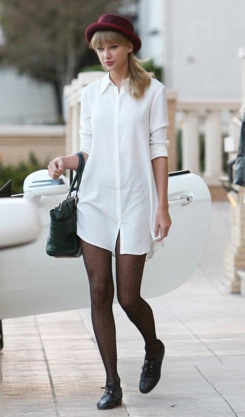 Style sơmi dáng dài kết hợp với vớ da hoặc kiểu giấu quần, đôi giày bệt kèm mũ nấm.