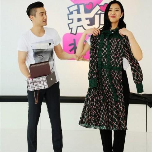 Choi Si-won còn rất chịu chi khi tặng Liu Wen những món quà đắt giá như chiếc đầm họa tiết quả trám nằm trong BST Pre-Fall 2015 của Gucci