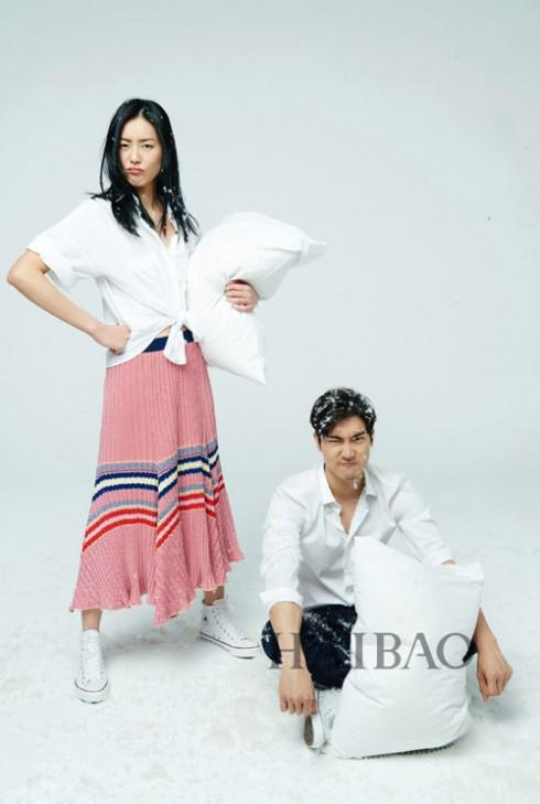 Liu Wen mặc chiếc đầm đan len tông hồng trong bộ sưu tập xuân hè của hãng Celine, phối với sơ mi trắng và giày thể thao trắng của Converse.