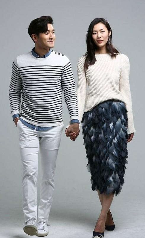 Liu Wen sang trọng với một thiết kế của Burberry Prorsum. Choi Si-won cá tính với trang phục chemise xanh bên trong, áo thun dài tay bên ngoài và quần jeans trắng, thật gọn gàng bắt mắt.