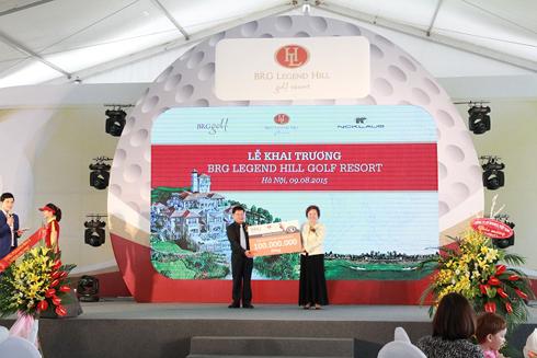 Tập đoàn BRG cũng trao tặng các hộ nghèo của huyện Sóc Sơn 100 triệu đồng.