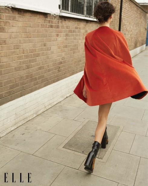 Áo choàng nhung và cotton màu cam Barbara Bui, Bốt cao gót ren và da Miu Miu