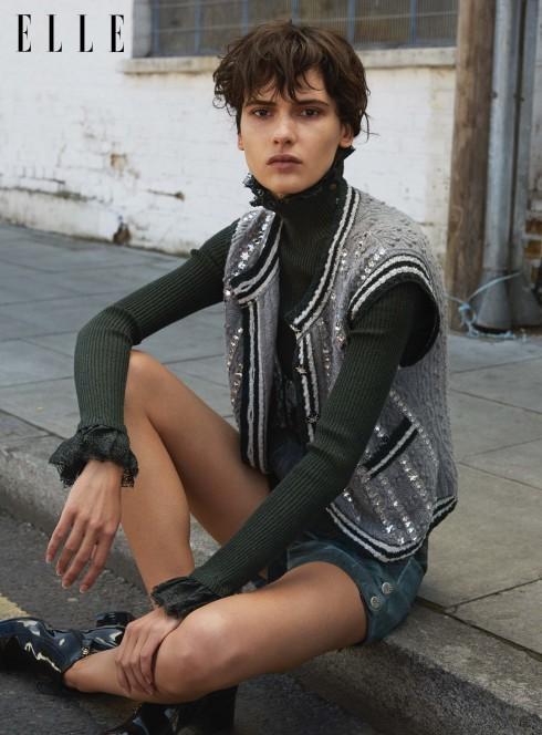 Áo sweater cổ lọ bằng len cashmere, áo cardigan len cashmere thêu, quần shorts denim, bốt ren da bê bóng Chanel
