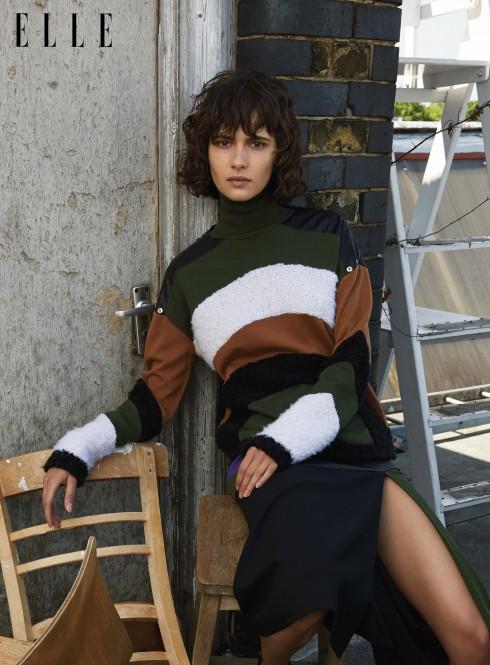 Áo sweater len cổ lọ với phần đắp da và chân váy Emanuel Ungaro