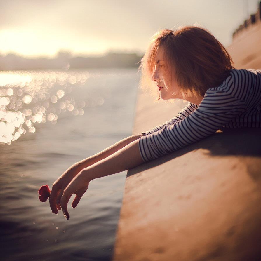khi còn có đủ vô tư, khi mà chưa phải đối mặt với những nỗi buồn hay những chuyện khó khăn thực sự thì hãy cố mà vui vẻ hết sức có thể.