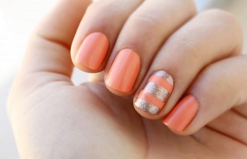 Sắc cam kết hợp sọc mafu bạc có ánh nhũ cũng làm đôi tay trở nên đặc biệt hơn.