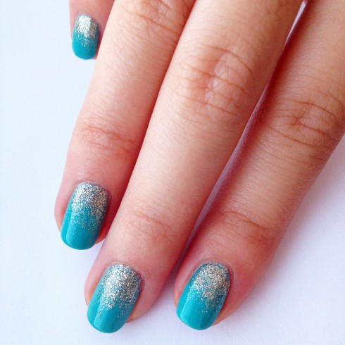Màu xanh của biển càng lấp lánh hơn với một ít kim tuyết rắc ở phần phao tay.